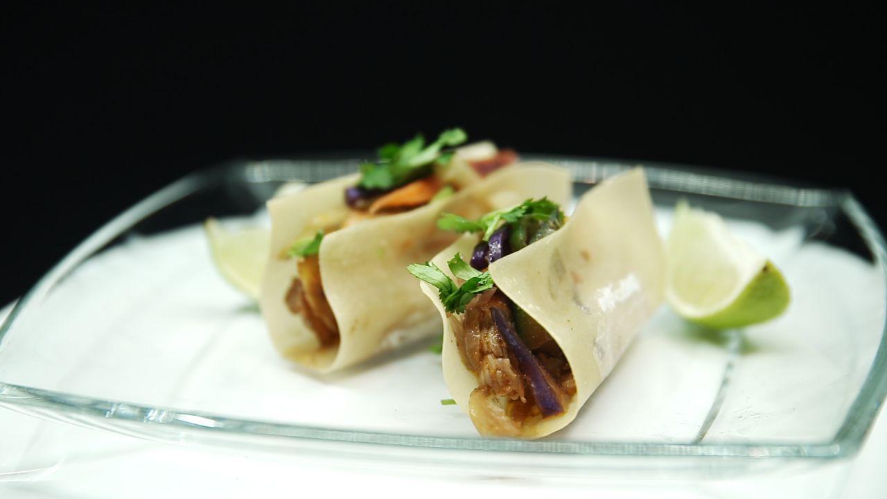 Zwei Wan Tan Tacos China Style auf einem Glasteller serviert