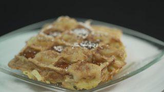 Kartoffelpuffer mit Apfelmus Zimt und Zucker serviert auf einem Glasteller