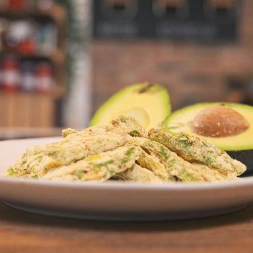 Pommes müssen nicht vor Fett triefen. Wir zeigen dir, wie du gesunde - und ziemlich leckere - Avocado Fries selber machen kannst.