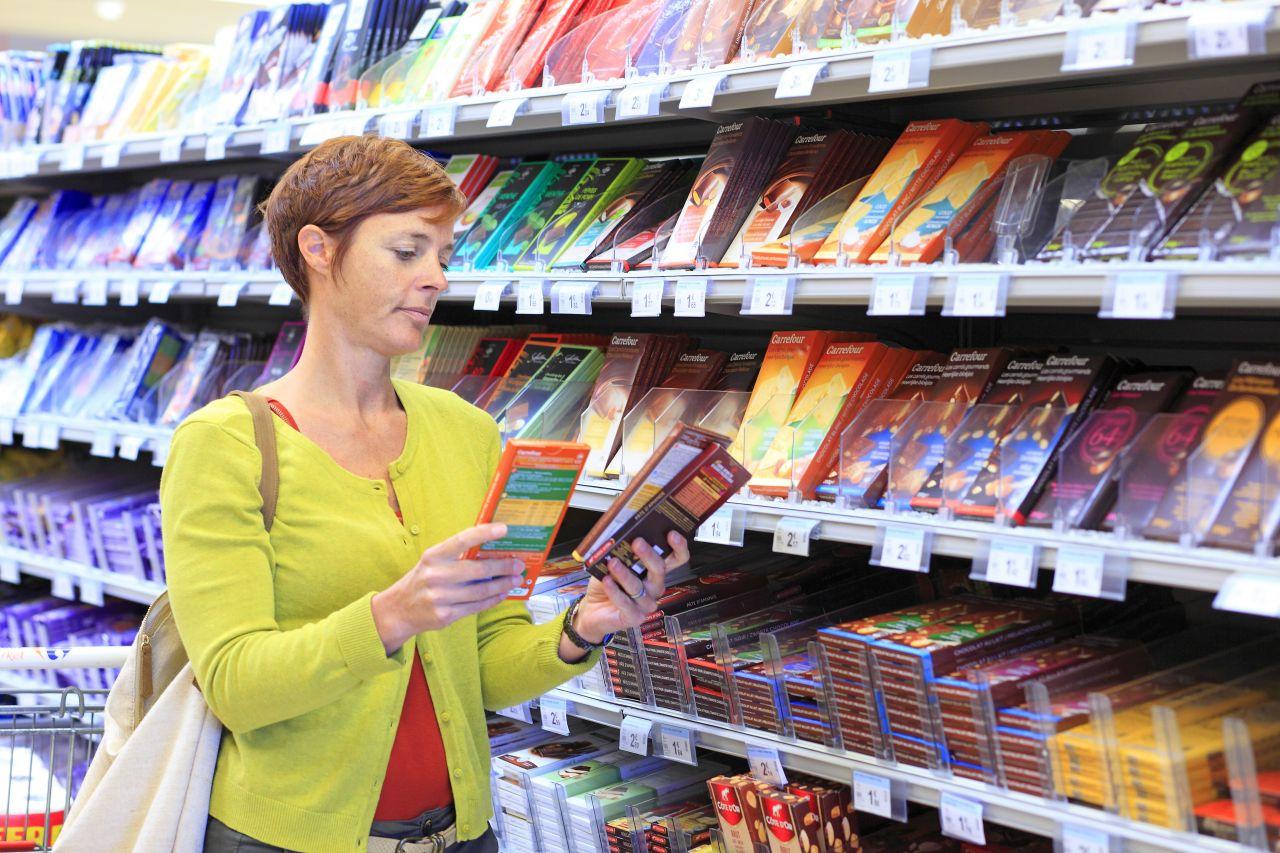 Bezecihnung von Lebensmitteln Frau kauft Schokolade