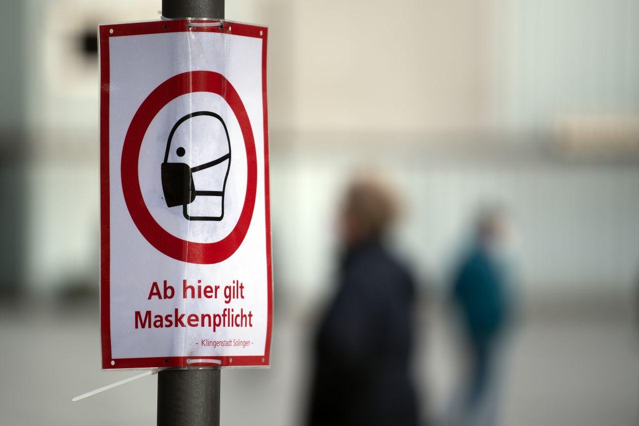 In Solingen weist ein Schild auf die Maskenpflicht hin. Die Sieben-Tage-Inzidenz der Corona-Neuinfektionen ist in Deutschland auf unter 90 gesunken. Das geht aus Zahlen des Robert Koch-Instituts (RKI) hervor. Die Kennziffer gibt die Zahl der Neuinfektionen binnen einer Woche pro 100.000 Einwohner an.