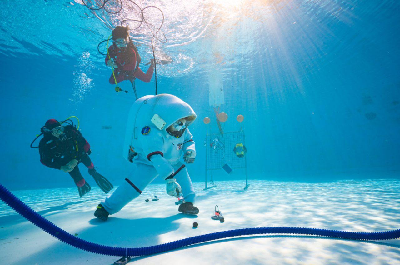 """""""Die Astronautin"""" Insa Thiele-Eich beim Unterwassertraining"""