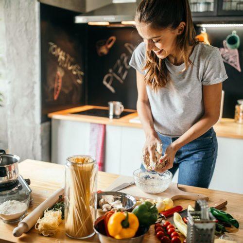 Frau kocht gesund