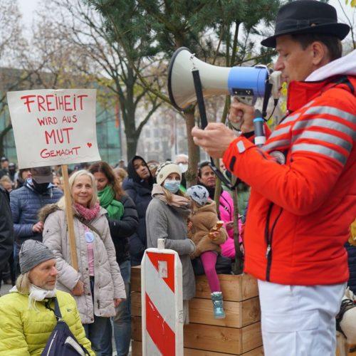 """""""Freiheitsbote"""" Dr. Bodo Schiffmann auf einer Corona-Demo in Hamburg"""