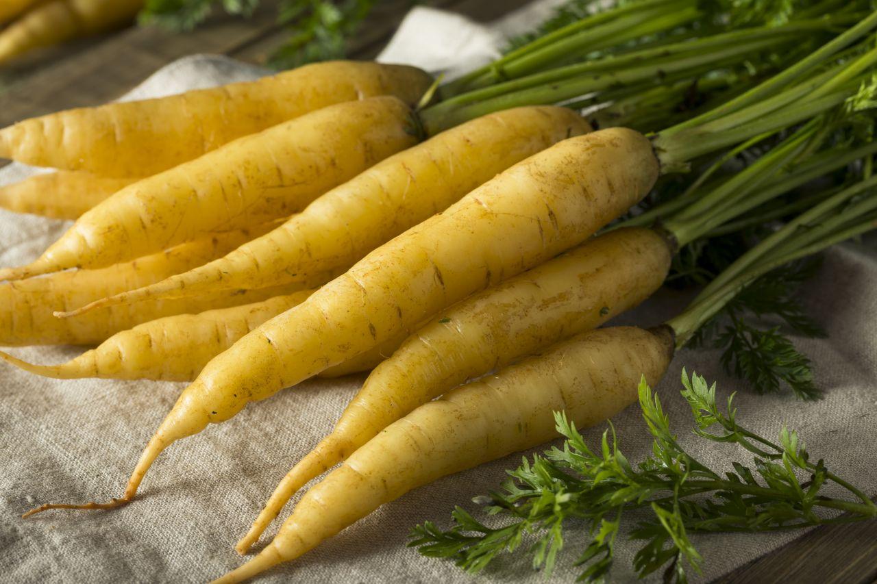 Gelbe Karotten auf einem Stück Stoff