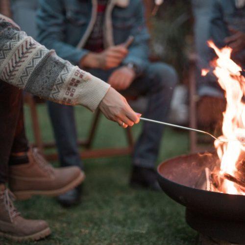 Freunde machen Marssmallows in einer Feuerschale