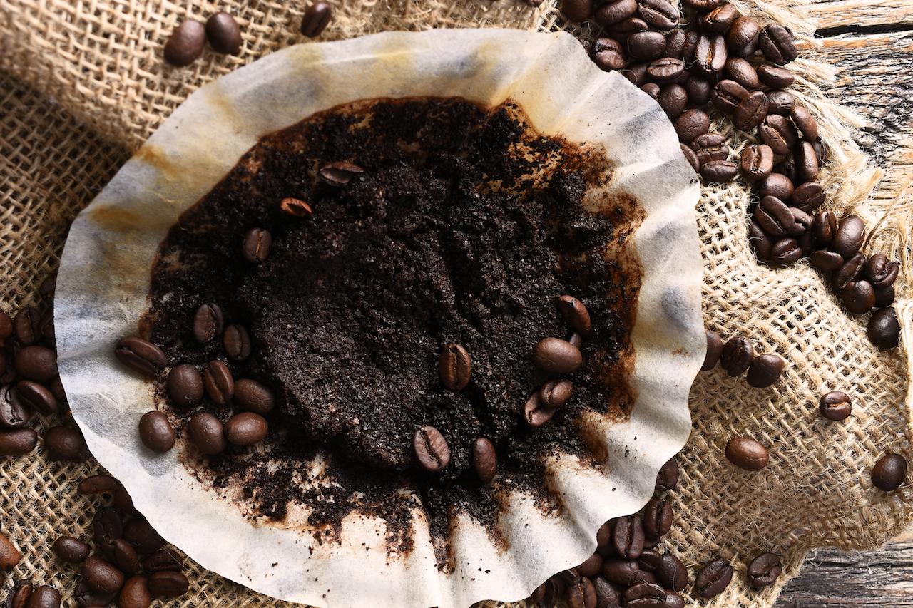 Statt deinen Kaffeesatz wegzuwerfen, kannst du ihn für andere Dinge verwenden.