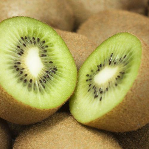 Pelzig, braun, süß-säuerlich? Die Kiwi kann noch viel mehr. Wusstest du, dass sie dir beim Einschlafen hilft, früher einen anderen Namen trug - und was der neuseeländische Vogel damit zu tun hat? Diese und mehr Geheimnisse verraten wir dir hier. Plus: Leckere Kiwi-Rezepte.
