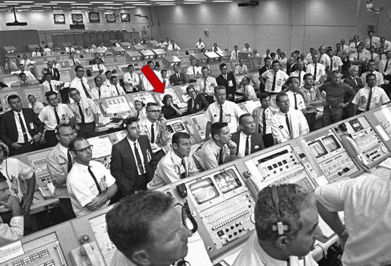 Eine Frau im Apollo-Kontrollzentrum