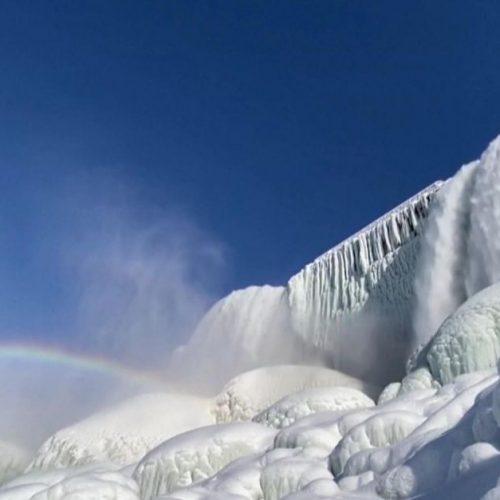 Die Niagarafälle sind dieses Jahr wegen dem extremen Wintereinbruch fast komplett zugefroren.