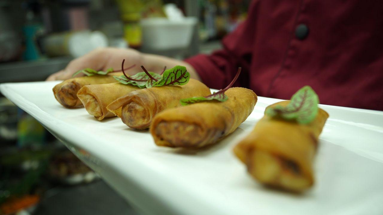 5 Shanghai Frühlingsrollen nebeneinander serviert auf einem Teller