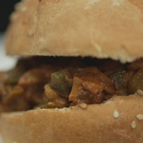 Der Sloppy Joe muss nicht unbedingt mit Hackfleisch gefüllt werden. Auch vegan schmeckt der Burger unglaublich gut.