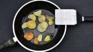 gebratene Kartoffeln in einer Teflon-Bratpfanne