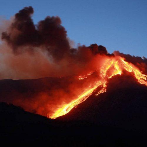 In Sizilien ist wieder der Ätna ausgebrochen. Aber es brodelt auch bei uns: In der Eifel etwa schlummert unter den Maaren ein vulkanischer Hotspot. Ob dort ein Ausbruch droht, erfährst du im Clip. Beim Scrollen wird's akut gefährlich, denn da triffst du auf die aktivsten Vulkane der Welt.