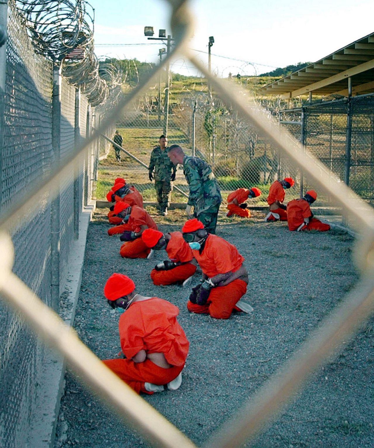 Häftlinge in orangen Overalls