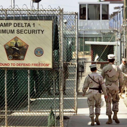 US-Soldaten betreten das Gefangenenlager Guantanamo auf dem US-Marinestützpunkt Guantanamo Bay auf Kuba.
