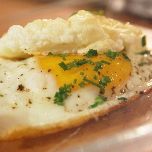 Für dein neues Lieblings-Frühstück brauchst du nur 3 Zutaten. Wie der Ei-Burger gelingt, zeigen wir unten!