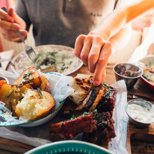 Die Liste der Lieblingsgerichte hast du längst durchgekocht und du kennst das Menü der Lieferdienste schon auswendig? Dann wirds Zeit für etwas Neues. Mit diesen Inspirationen holst du das Restaurant zu dir nach Hause.