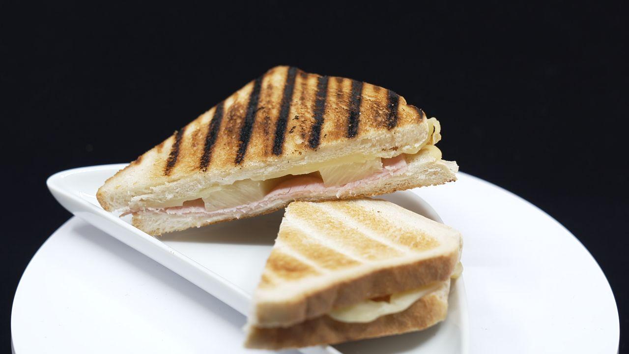 Toast-Sandwich Hawaii serviert auf einem Teller