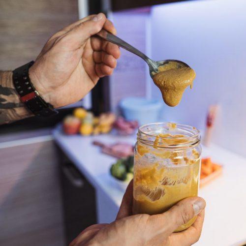 Nussmus liegt voll im Trend. Wie du es selbst machst und was du damit kochen kannst, verraten wir hier.