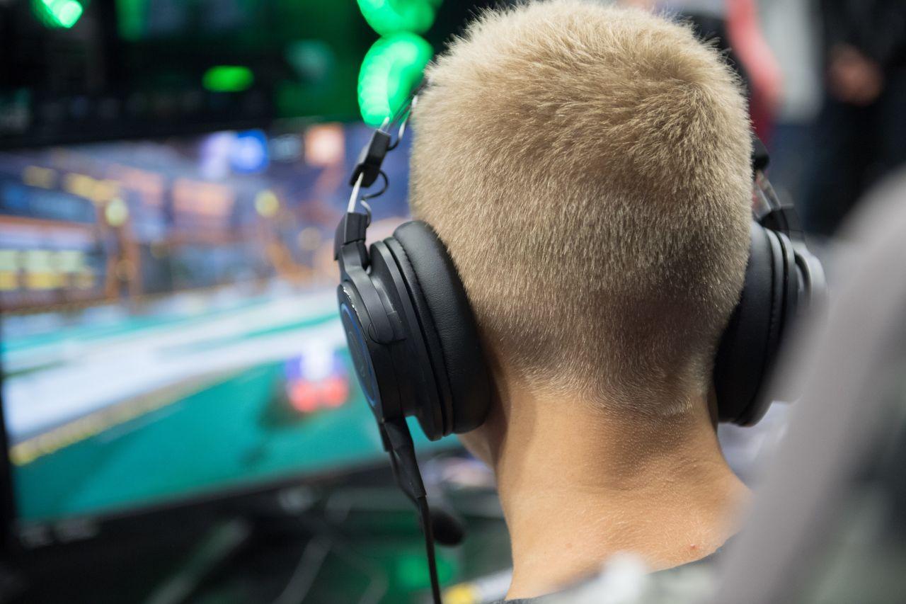 Junge von hinten mit Over Ear Kopfhörern