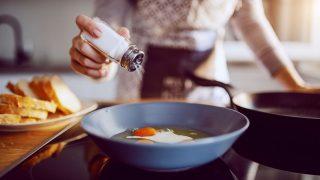 Iss nicht mehr als 6 Gramm Salz pro Tag