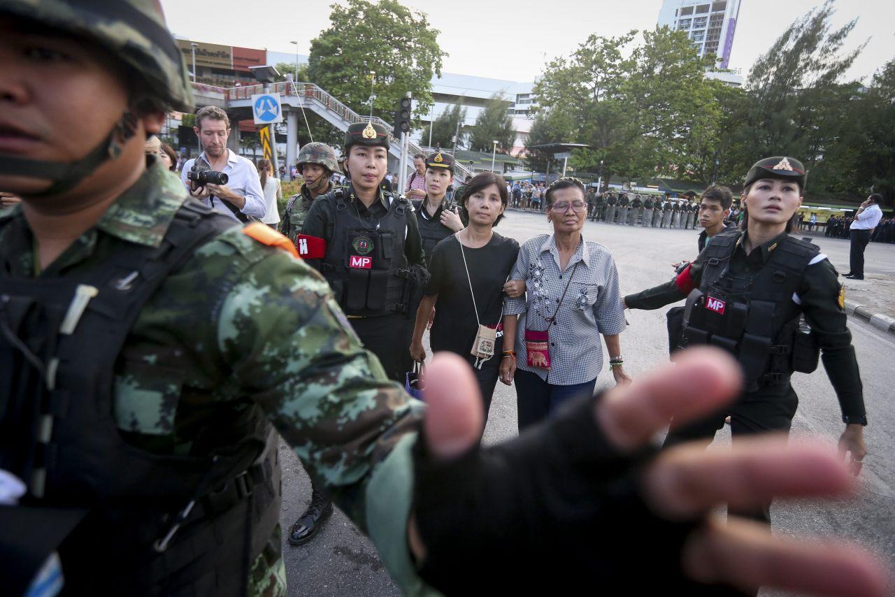 In Thailand werden nach dem Militärputsch 2014 zwei Menschen verhaftet.