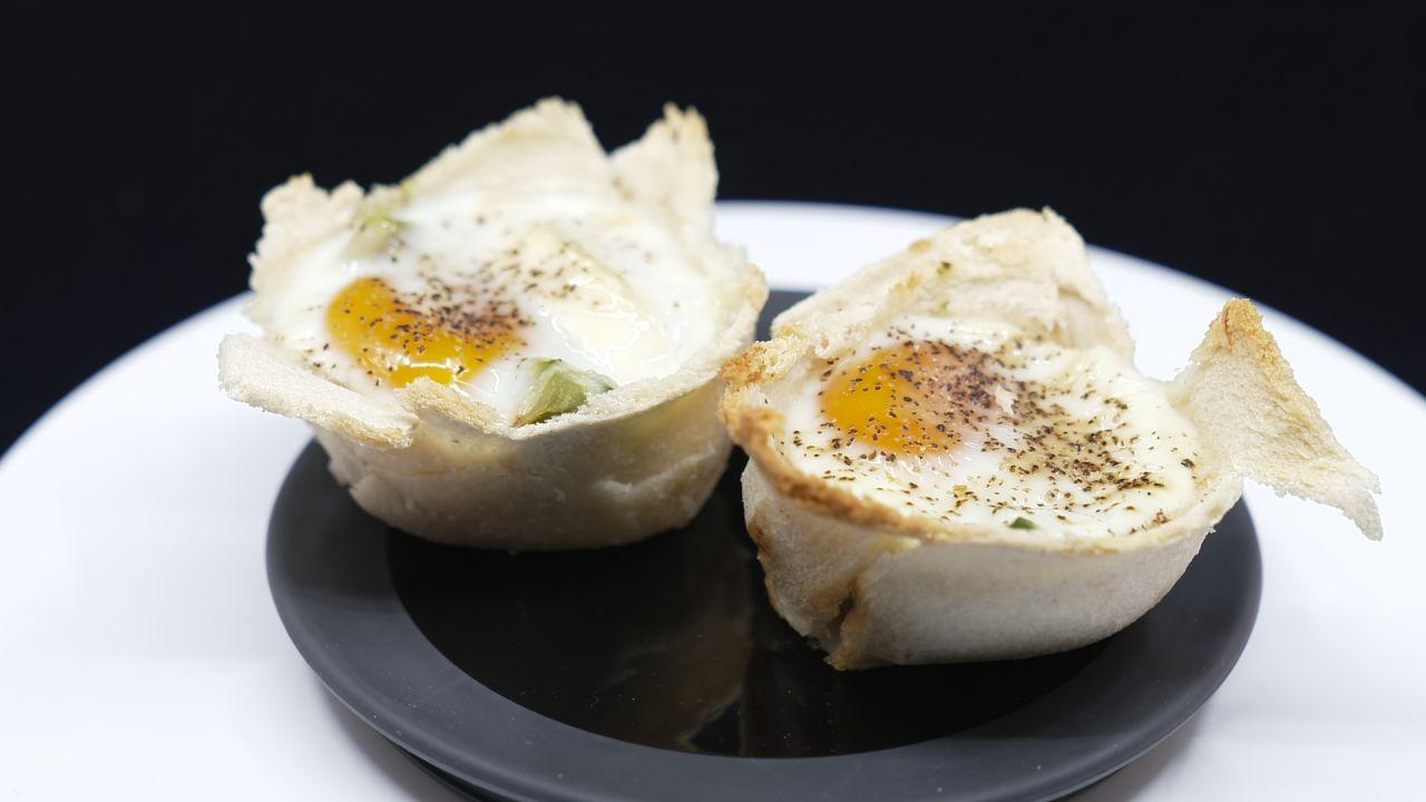 Zwei Toast-Muffins serviert auf einem Teller