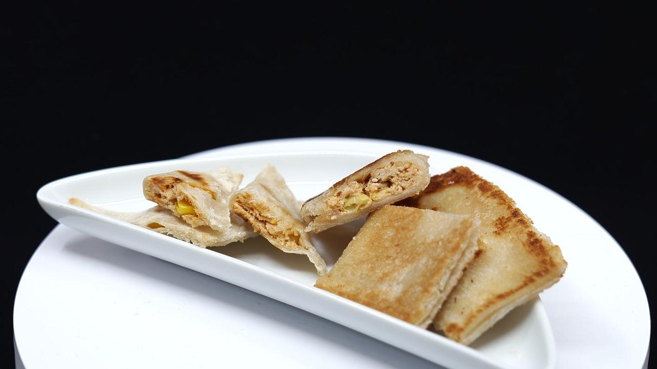 Toast-Taschen auf einem Teller serviert