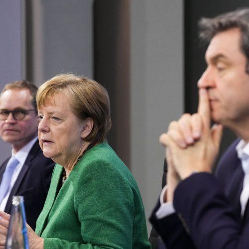 Bundeskanzlerin Angela Merkel (M, CDU), Berlins Regierender Bürgermeister Michael Müller (l, SPD) und Bayerns Ministerpräsident Markus Söder (CSU) auf der gestrigen Pressekonferenz im Kanzleramt nach den Beratungen von Bund und Ländern.
