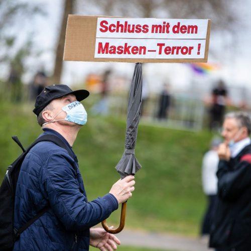 """""""Schluss mit dem Masken-Terror!"""" steht auf dem Schild eines Protestierenden der Initiative """"Querdenken"""". Die Demonstration richtet sich gegen die Corona-Maßnahmen der Bundesregierung."""