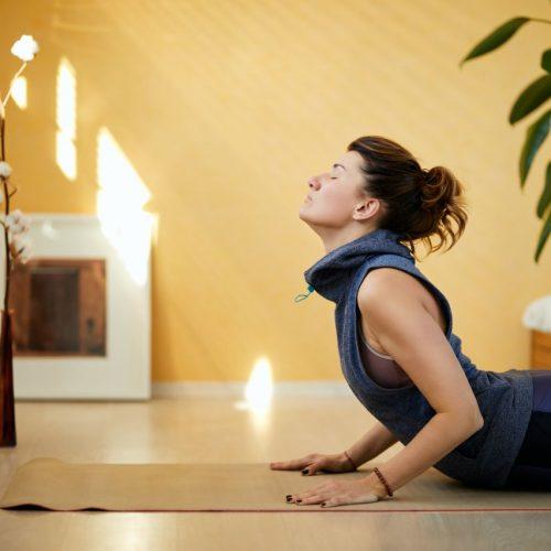 Es gibt verschiedene Yoga-Posen, die Asanas - so wie hier die Kobra