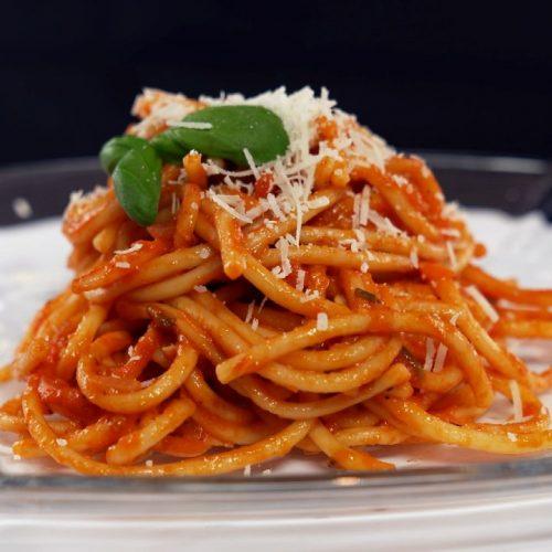 Leckere Pasta mit würziger Tomatensauce und das alles aus einem Topf. Heißt: Weniger Abwasch für dich und trotzdem 100 % Geschmack. Was wünscht man sich mehr?