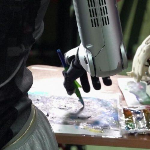 Diese Roboter-Künstlerin stellen wir in den Clips der Woche vor.