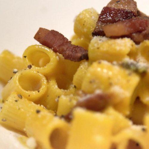 """Spaghetti Carbonara gehören zu den Lieblingen der deutschen Küche. Die Italiener aber rümpfen bei unserer """"eingedeutschten"""" Version die Nase. Die gibt es nämlich so nicht in Italien. Wir zeigen dir das Ur-Rezept des Pasta-Gerichts."""