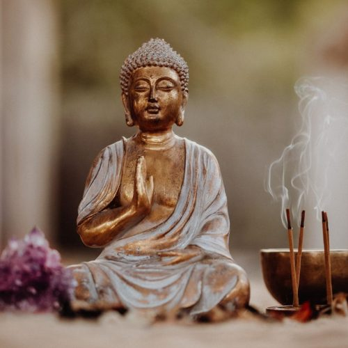 Der Buddhismus geht auf Siddharta Gautama zurück: Sein Weg bildet das Fundament für die Lehre.