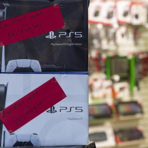 In der Corona-Krise besonders beliebte Produkte wie die PlayStation 5 sind in letzter Zeit schwer zu bekommen. Ein Grund dafür ist eine anhaltende Chip-Krise.