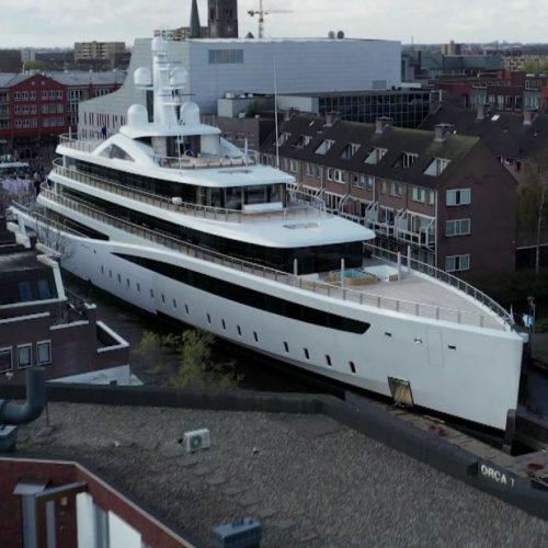 Unsere niederländischen Nachbarn zeigen in den Clips der Woche, wie man eine rund 14 Meter breite Jacht durch einen kaum breiteren Kanal präzise manövriert.