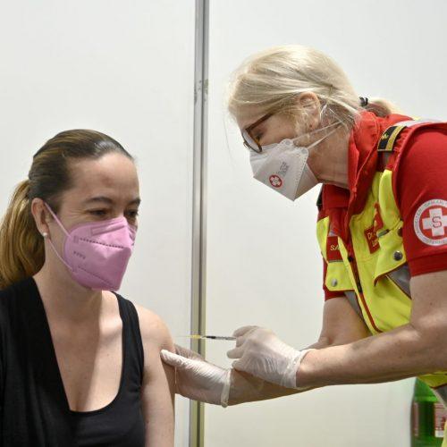Frau bekommt Coronaimpfung