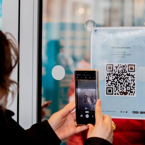 QR-Code scannen und im Infektions-Fall benachrichtigt werden. Mit der Luca-App oder der Corona-Warn-App?