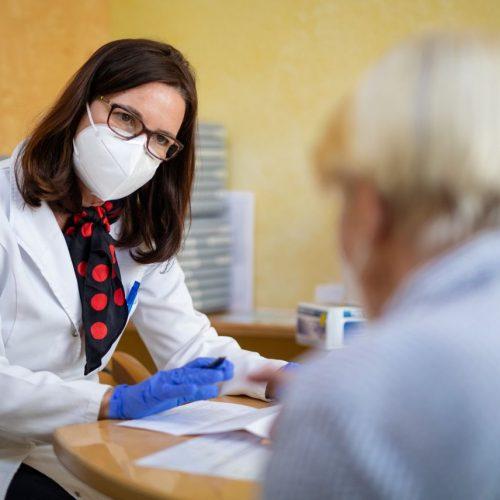 In dieser Woche wollen 35.000 Hausärztinnen und Hausärzte mit Impfungen gegen Corona loslegen.