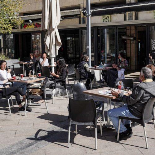 In Israel, Jerusalem, genießen die Menschen die Sonne in einem Café. 2 Wochen nach Einführung des Grünen Passes für Geimpfte und Genesene sind dort weitere Corona-Lockerungen in Kraft getreten. Restaurants und Cafés durften unter Auflagen wieder öffnen.