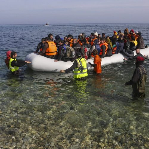 Ein Boot mit Flüchtlingen kommt an der griechischen Insel Lesbos an.