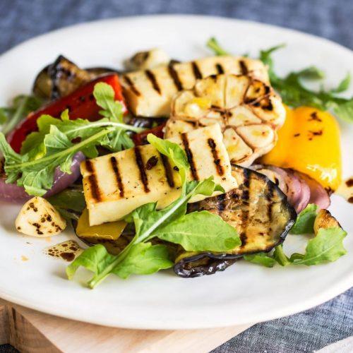Halloumi, Auberginen und Salat