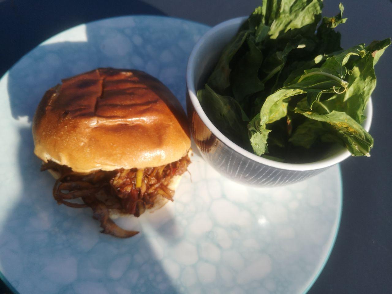 No Waste Pulled Burger mit Kohlrabichip, serviert auf einem Teller