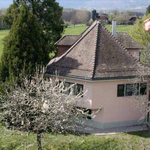Die Villa Rose, einer unserer Lost Places Schweiz, sieht aus wie ein idyllisches Chalet. In Wahrheit versteckt sich dahinter ein mehrstöckiger Bunker.