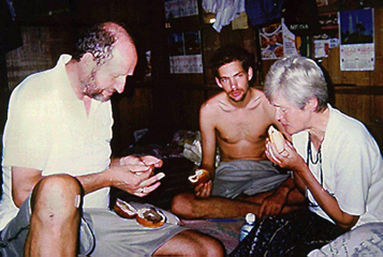 Marc Wallert mit seinen Eltern im Geisel-Lager