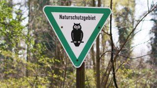 Schild für Naturschutzgebiet in Berlin