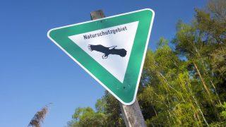 Schild für Naturschutzgebiet in Hessen