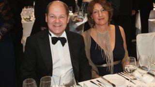 Olaf Scholz mit Ehefrau Britta Ernst beim Bundespresseball 2012